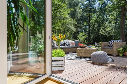 tarasy z desek taras przy domu Wooden terrace with garden furniture