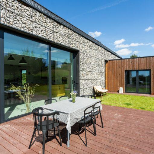 taras przydomowy poznań budowa tarasu Wooden terrace with garden furniture